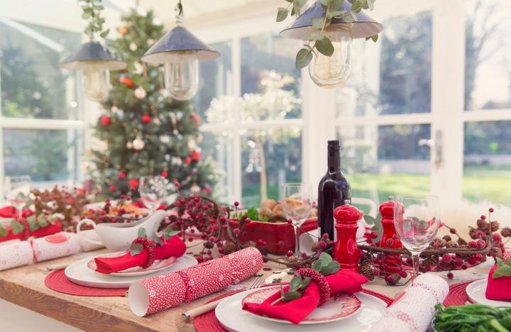 Vánoční tabule v červených barvách.