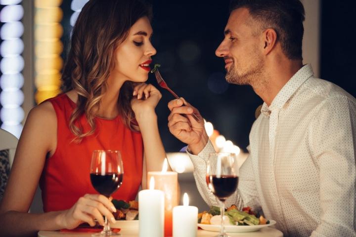 Pár spolu večeří.