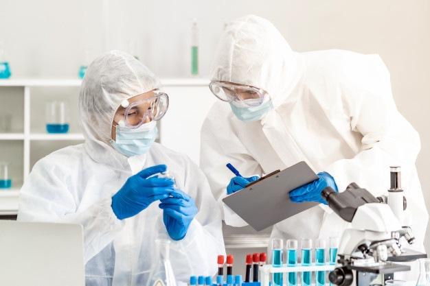 Vědci provádějící kontrolu vakcíny