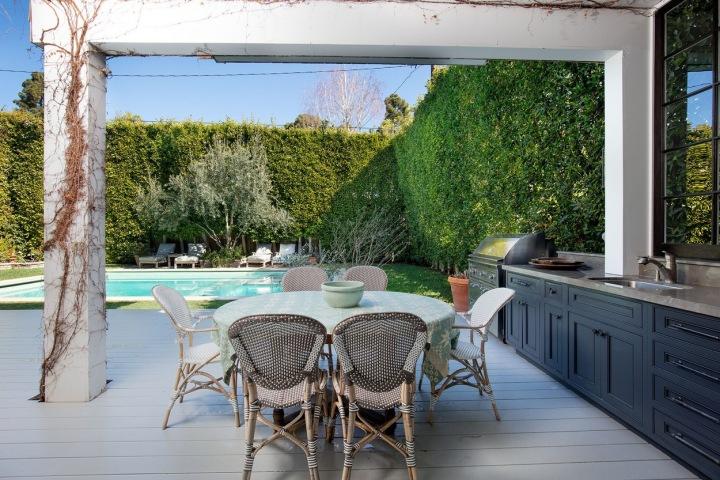 Venkovní kuchyň a bazén.