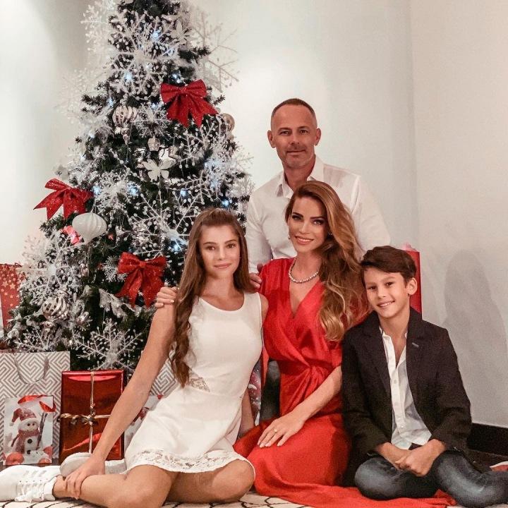 Andrea Verešová s rodinou u vánočního stromku.