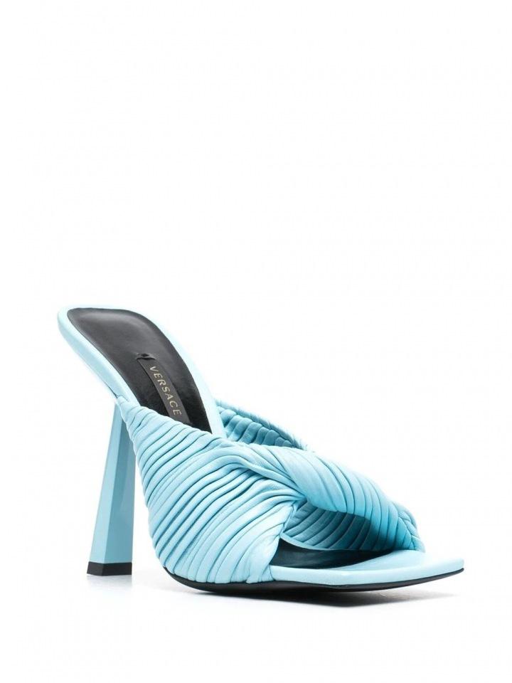 Pantofle od značky Versace.