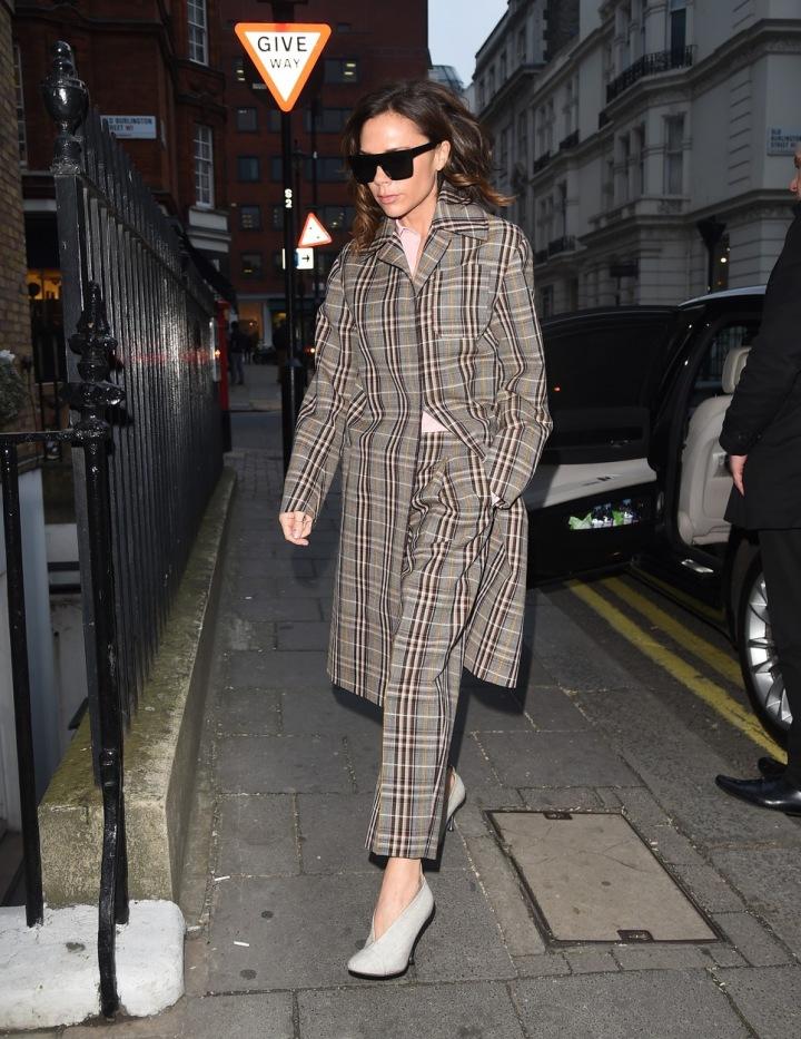 Victoria Beckham v kostkovaném obleku