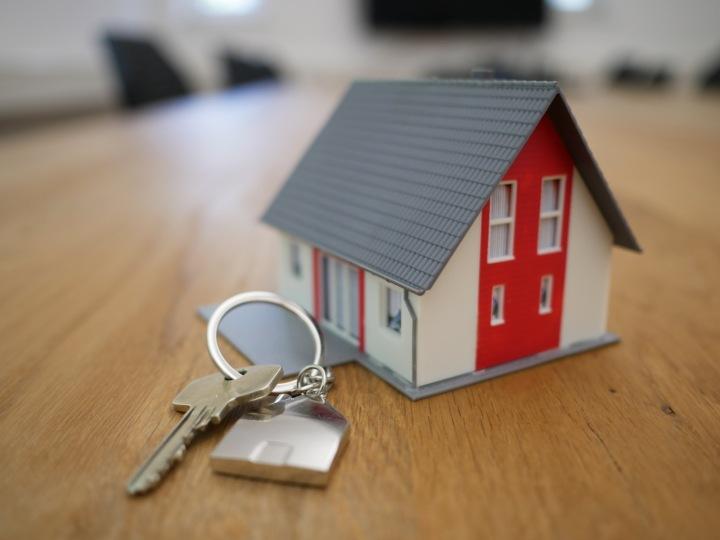 Klíče a miniatura rodinného domu