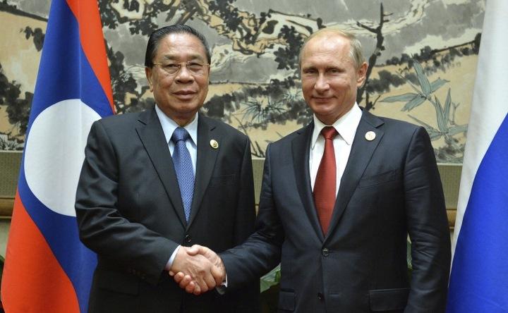 Bývalý prezident Laosu Choummaly Sayasone s ruským prezidentem Vladimirem Putinem