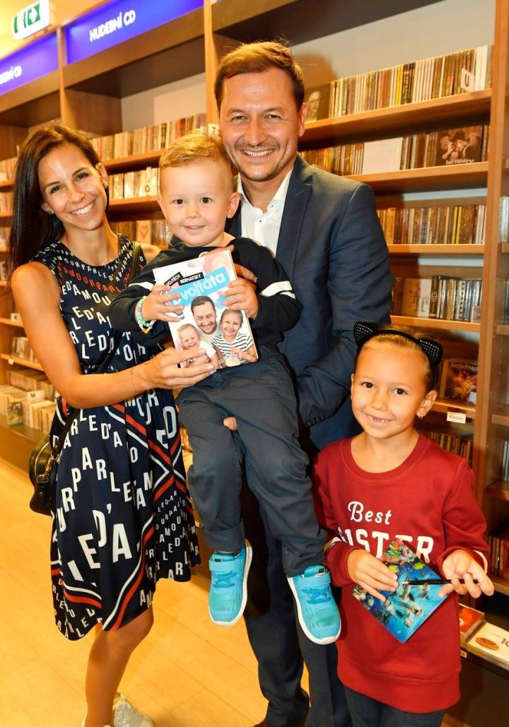 Vojtěch Bernatský s manželkou a dětmi.