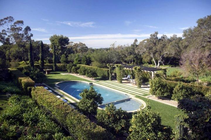 Výhled na zahradu a bazén.