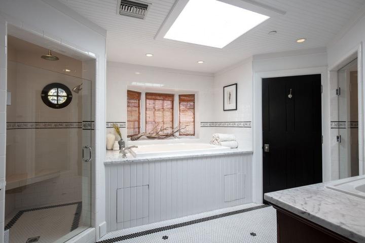 Vysoká vana v koupelně.