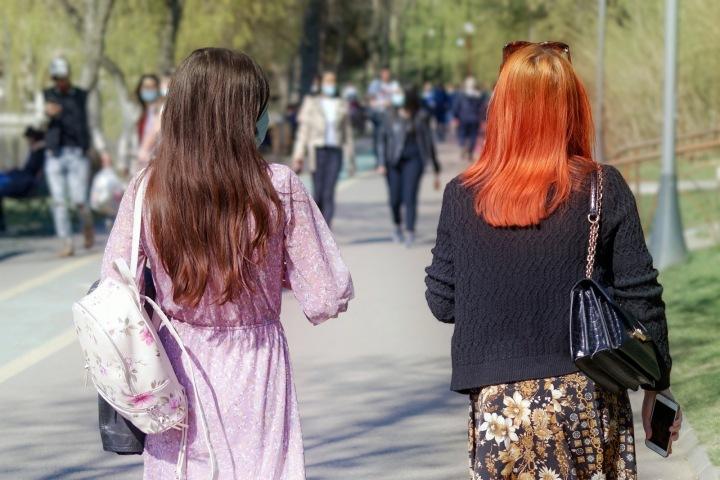 Ženy se procházejí na ulici s rouškou na obličeji