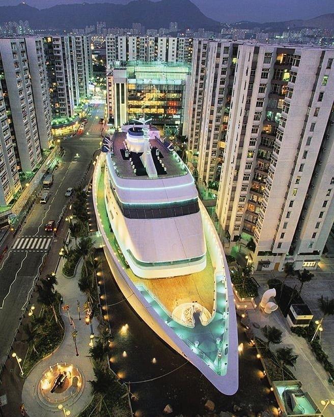 Loď v Hongkongu ukrývá nákupní centrum