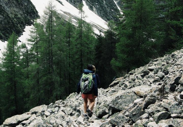 Na obrázku je muž uprostřed hor