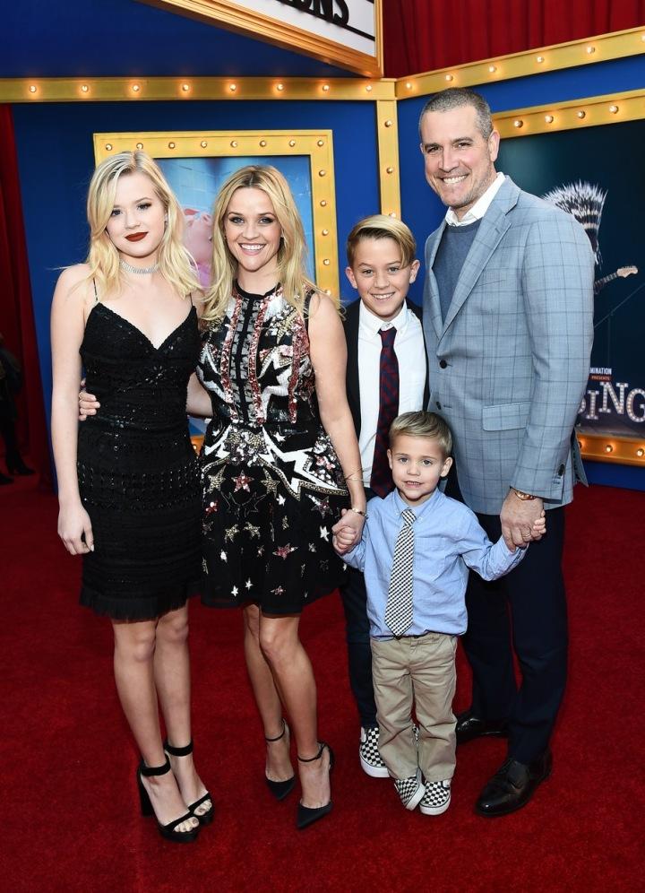 Witherspoon s dětmi a manželem.