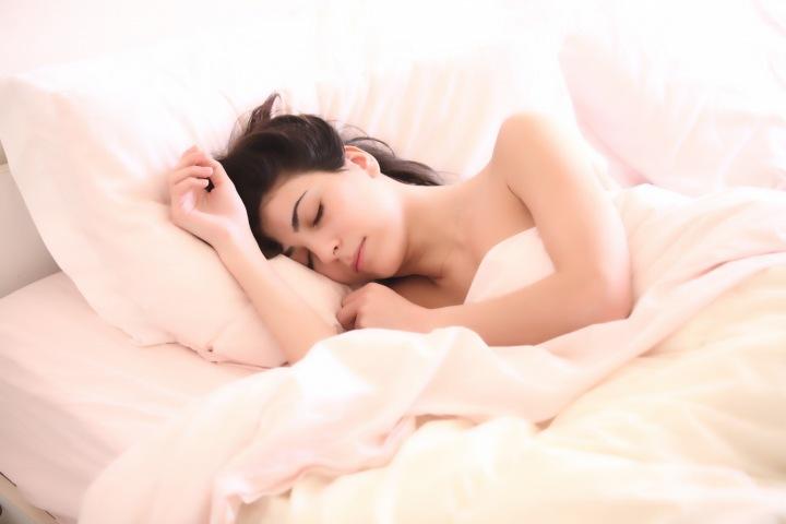 Spokojeně spící žena