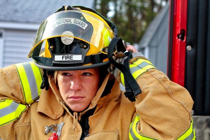 Žena se obléká do hasičského oblečení