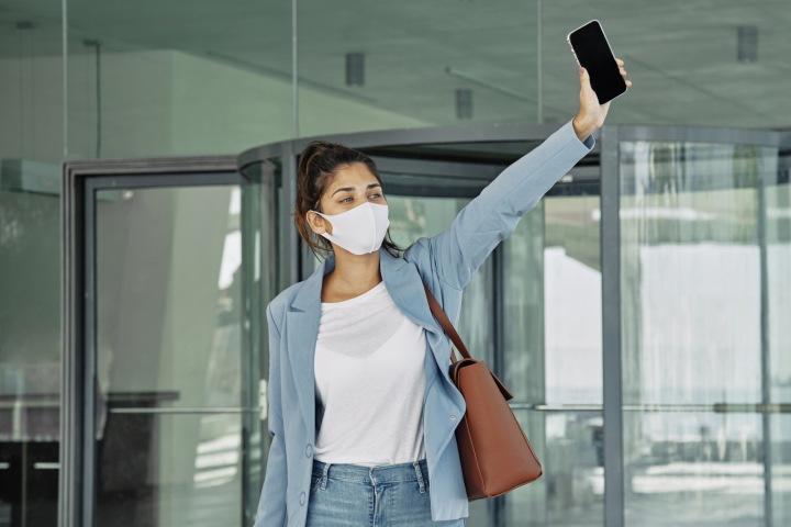 Žena na letišti s rouškou