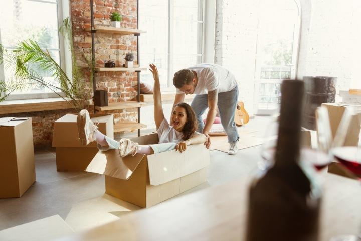 Mladý pár se stěhuje do nového bytu