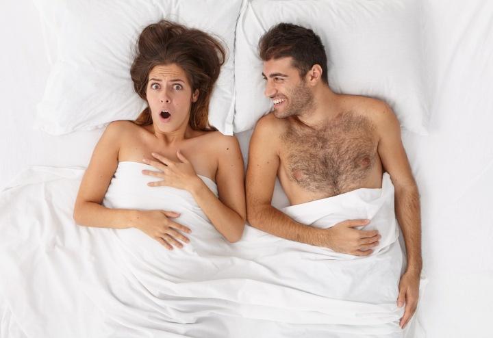 Na obrázku je muž a žena ležící v posteli
