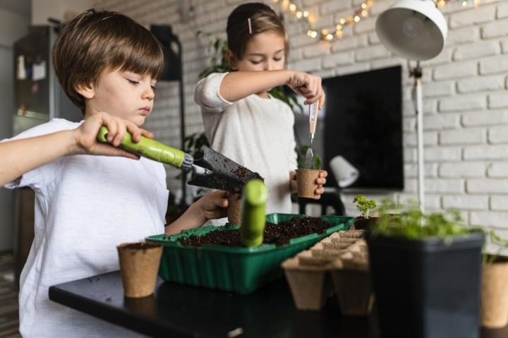 Děti zasazují květiny.