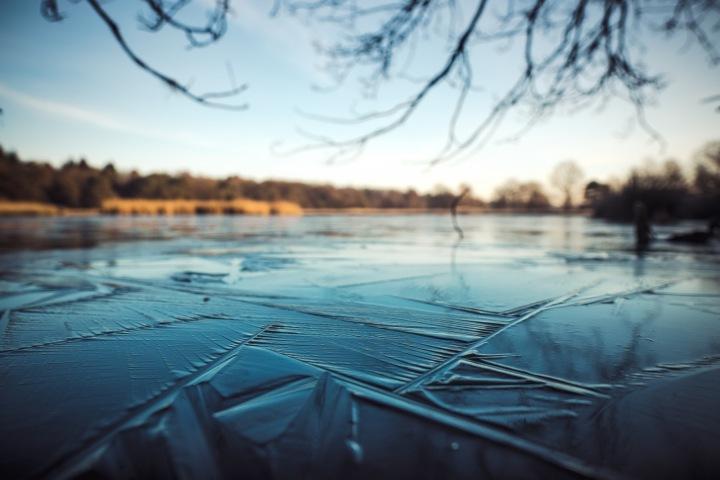 Zamrzlá voda na rybníku.