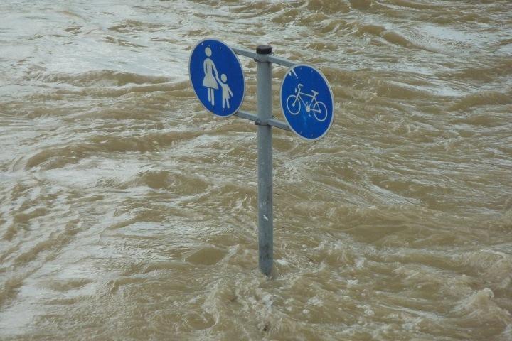 Zaplavená cesta s dopravními značkami