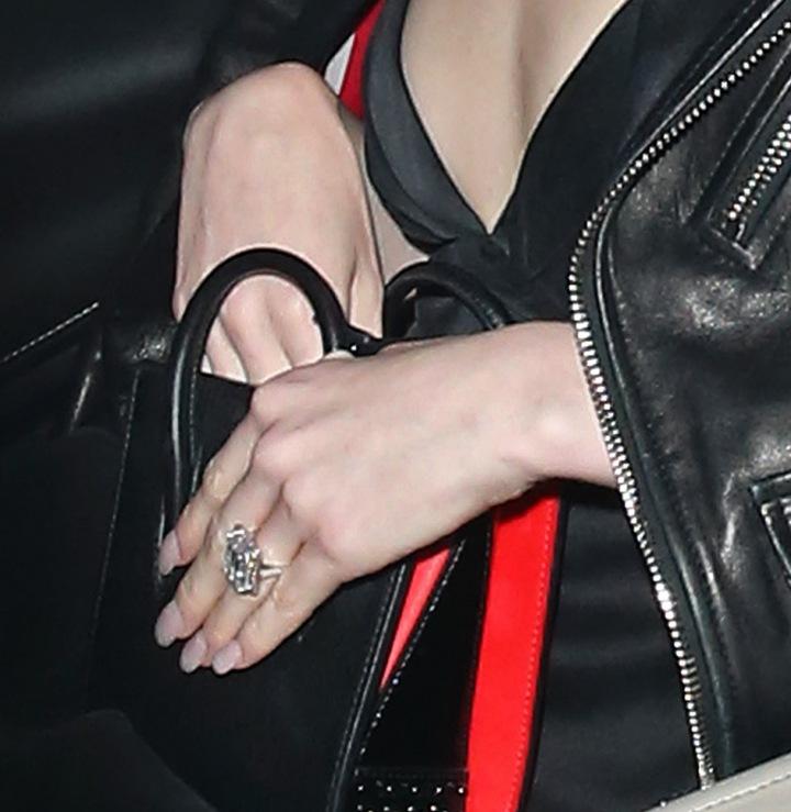 Zásnubní prsten Mayi Henry.