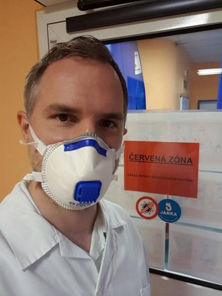 Primátor Zdeněk Hřib s respirátorem v nemocnici.