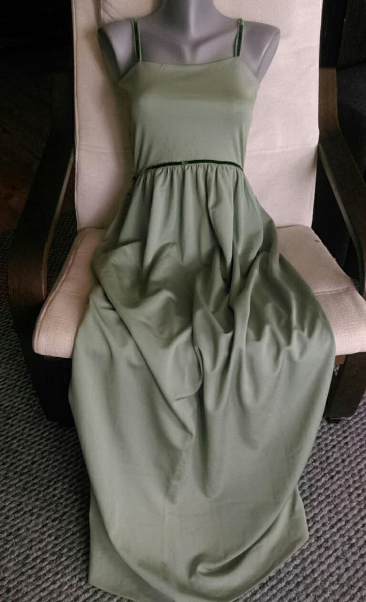 Netradiční zelené svatební šaty z diolénu.