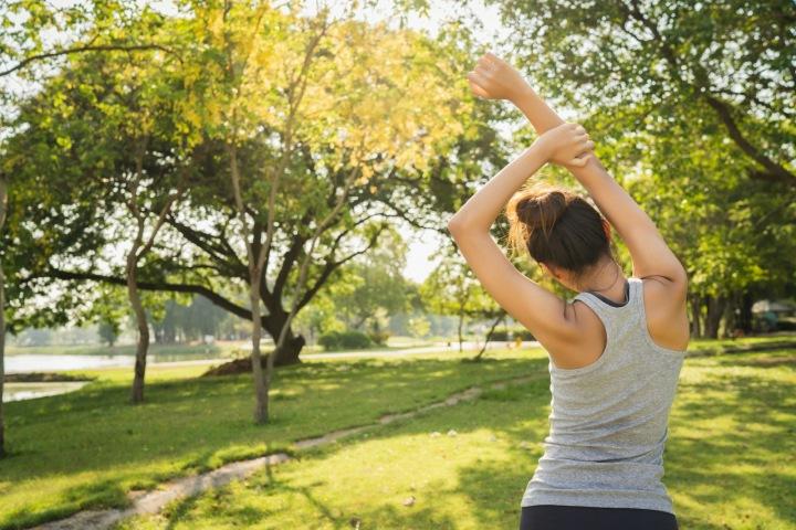 Žena cvičí v parku.