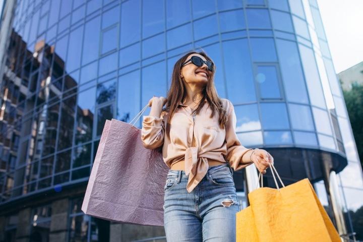Žena s nákupními taškami.