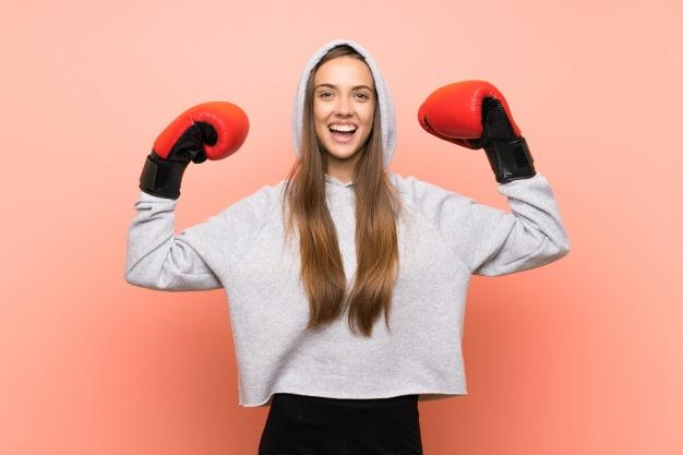 Usmívající se žena při boxu