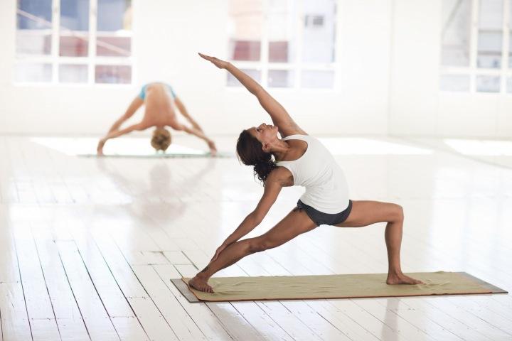 Žena cvičí jógu.