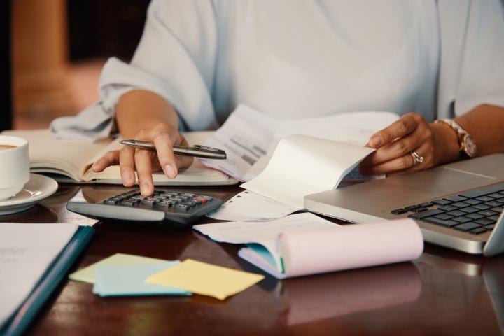 Žena dělá účetnictví.