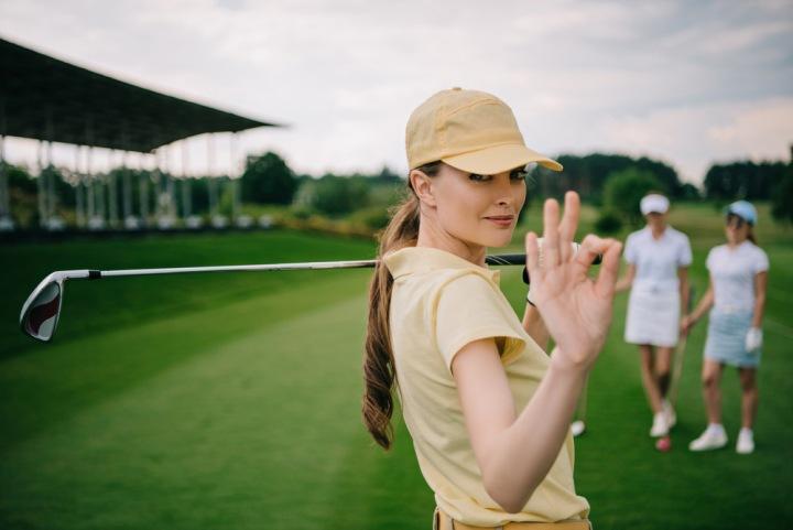 Žena hrající golf