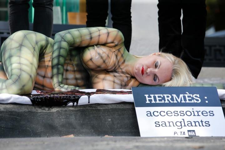 Žena je pomalovaná jako plaz. Protest aktivistů PETA v Belgii v roce 2015.