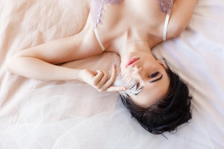 Žena leží na posteli