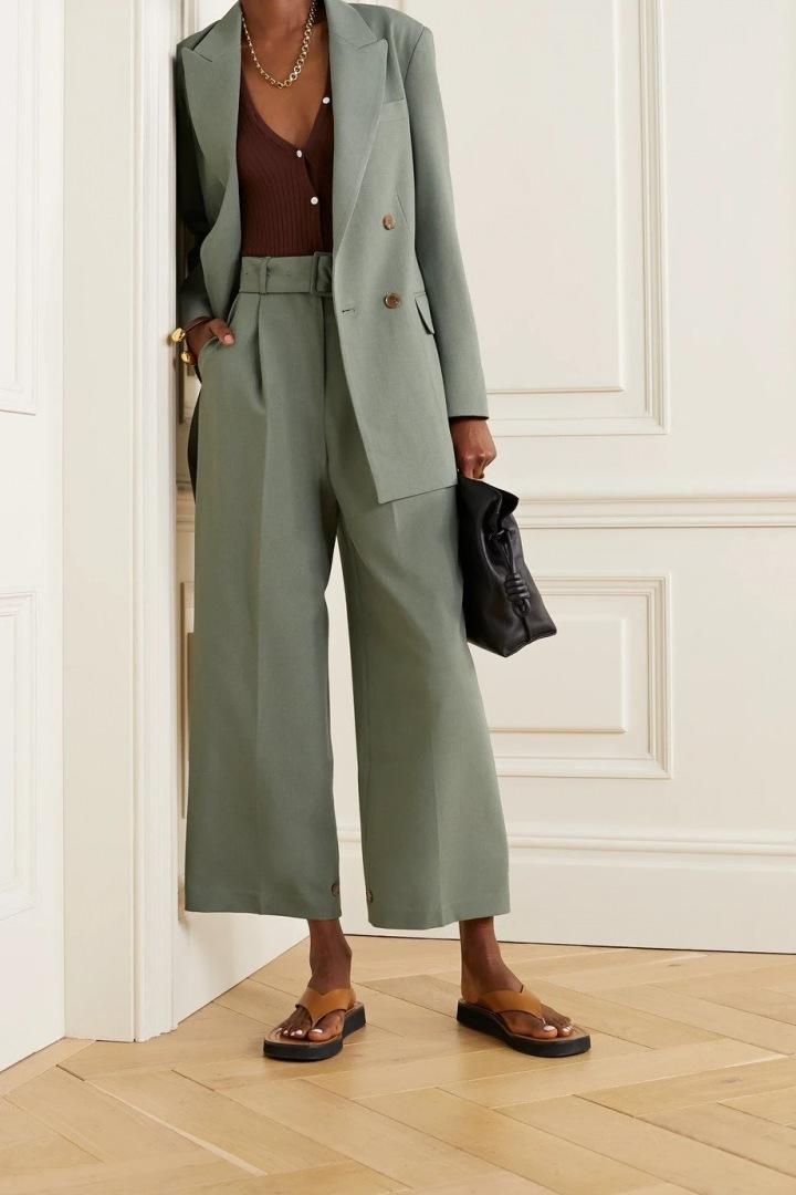 Žena má na sobě oversized sako.