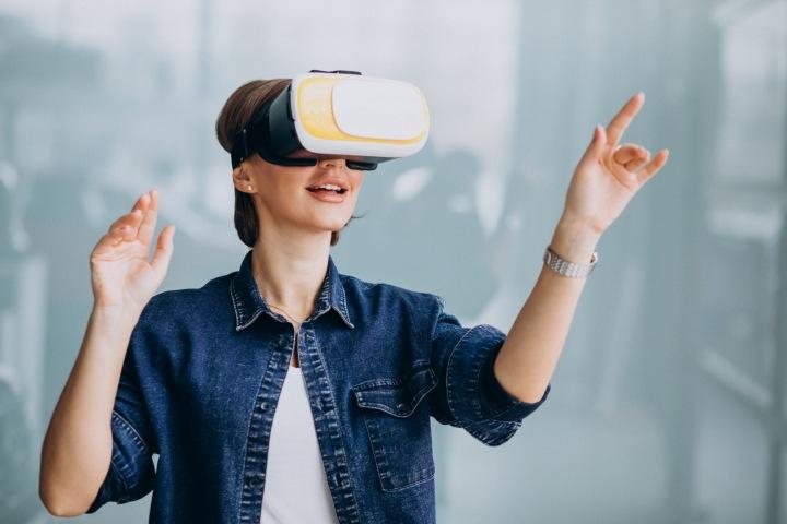 Žena má nasazené virtuální brýle.