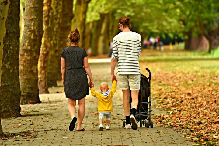 Žena, muž a dítě v parku