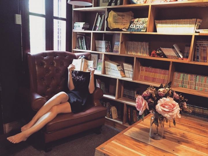 Žena na lenošce u knihovny