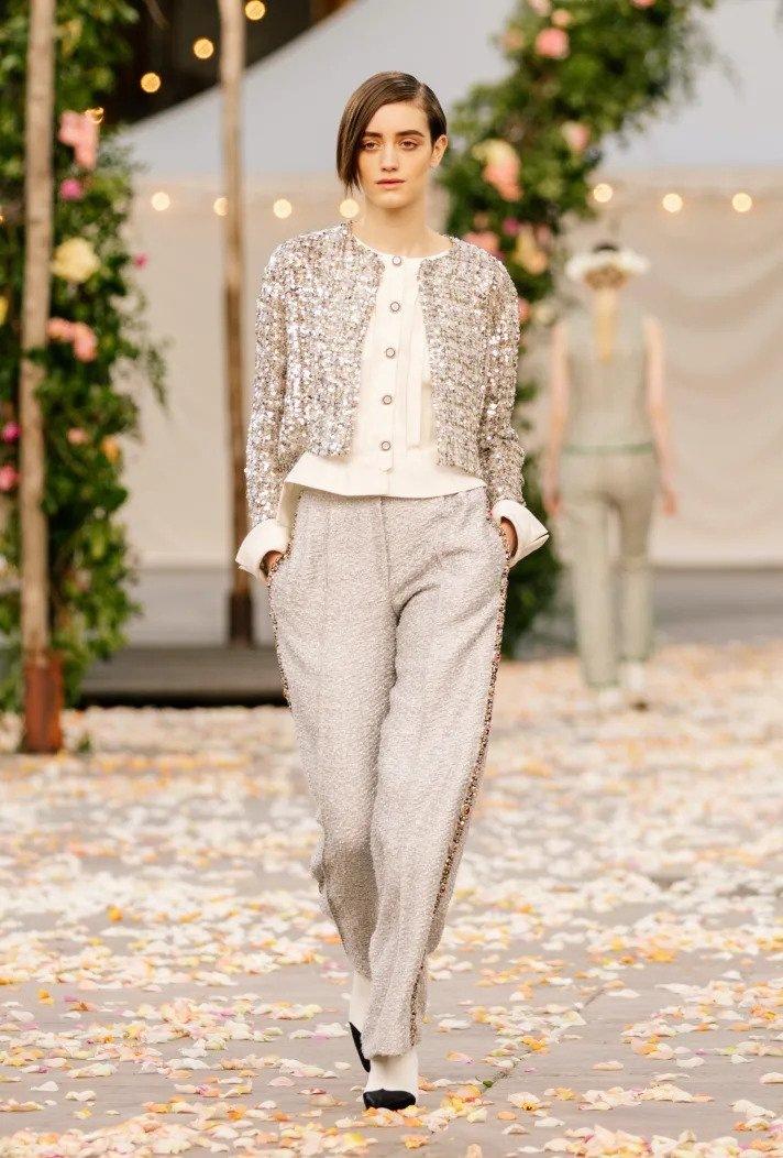 Žena na přehlídce Chanel haute couture Spring 2021