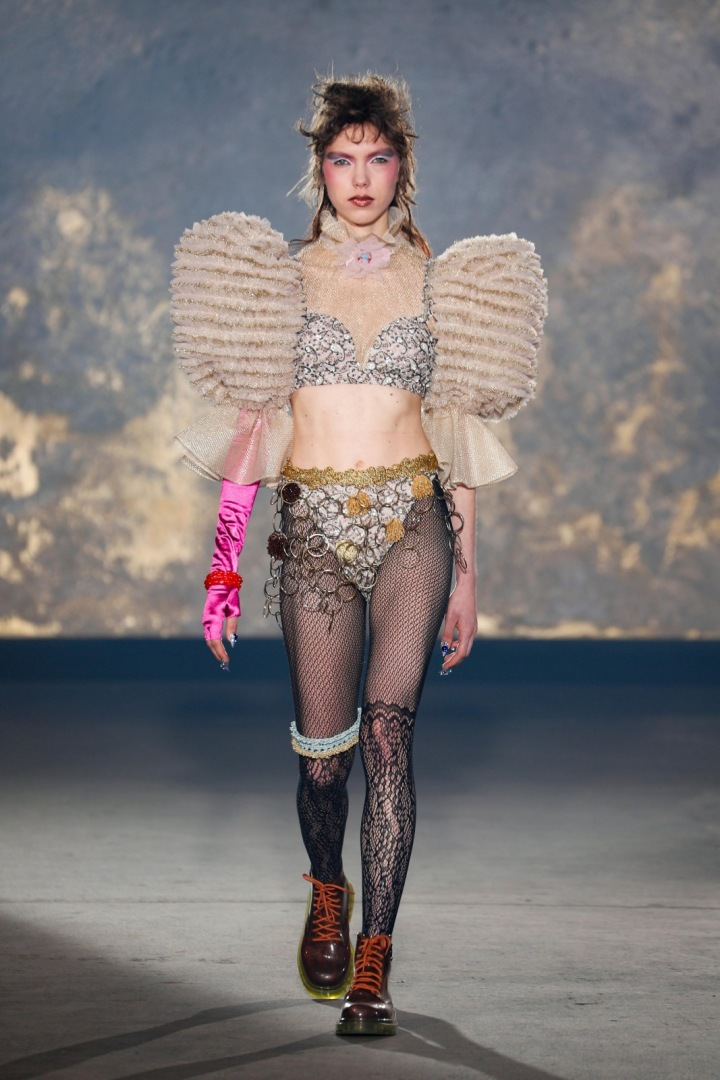 Žena na přehlídce Viktor & Rolf couture SS2021.