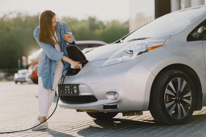 Žena nabíjí elektromobil