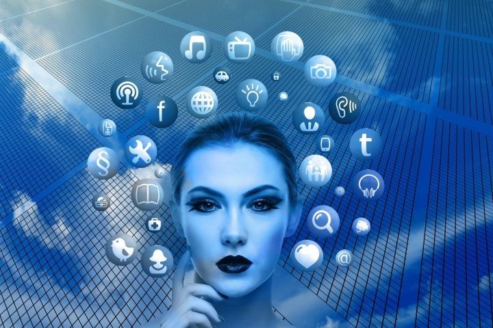 Žena obklopena sociálními sítěmi