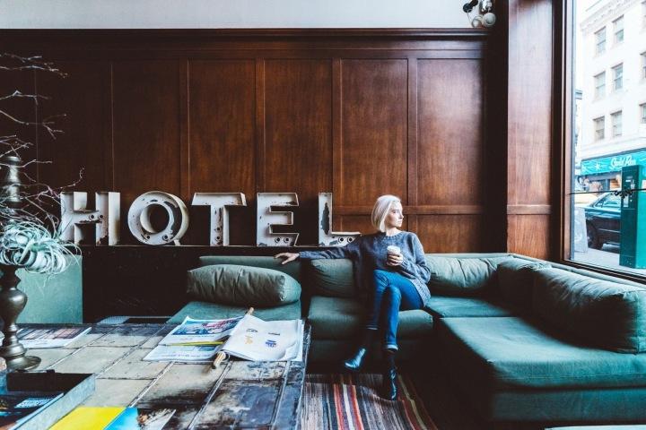 Žena pije kávu v hotelu.