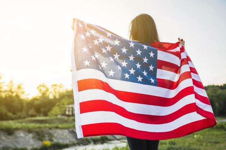 Žena s americkou vlajkou