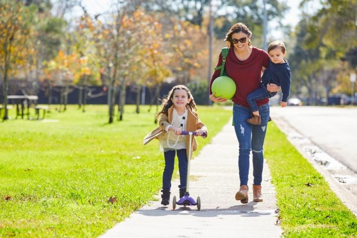 Žena s dětmi v parku.