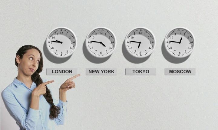 Žena s hodinami se světovými časy