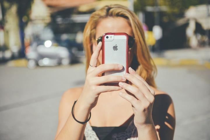 Žena s iPhonem v rukou