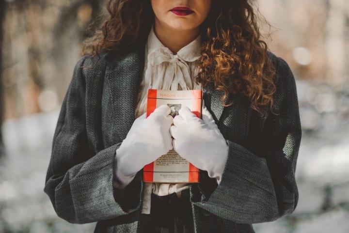 Žena s knihou v zimě venku