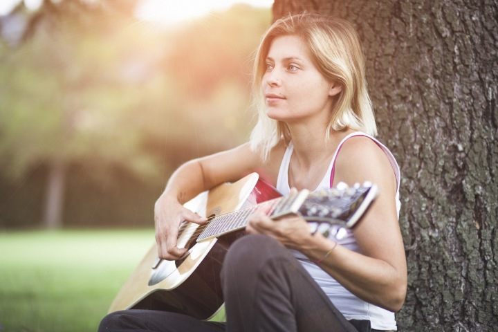 Žena s kytarou